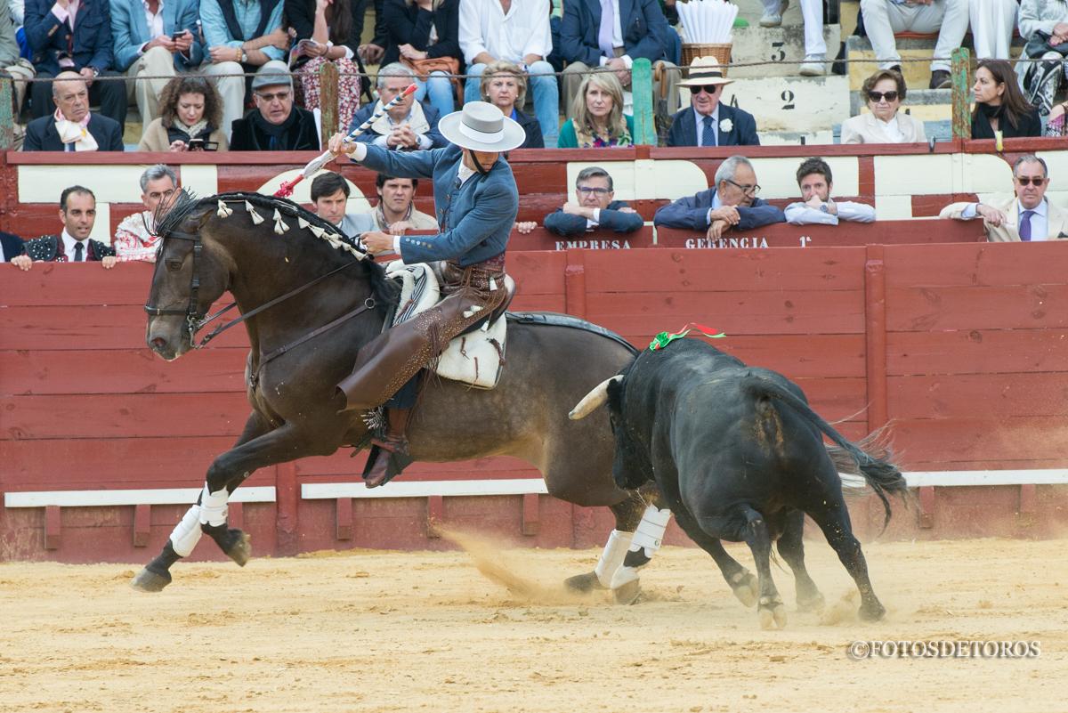 Sergio Galán por encima de su toro en Jerez.
