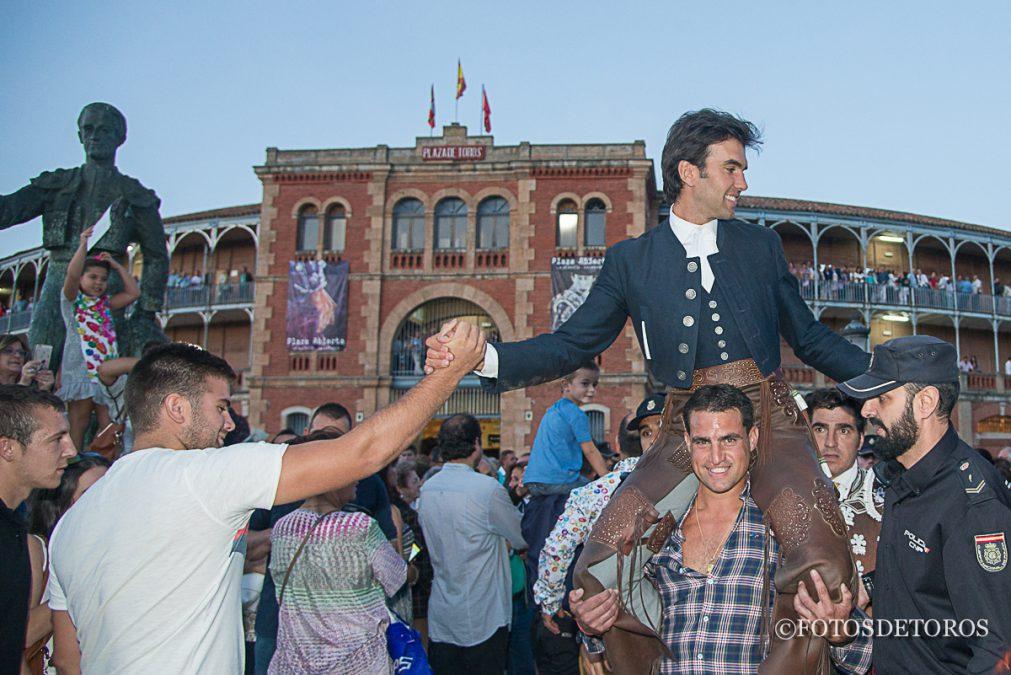 Sergio Galán a hombros en Salamanca.
