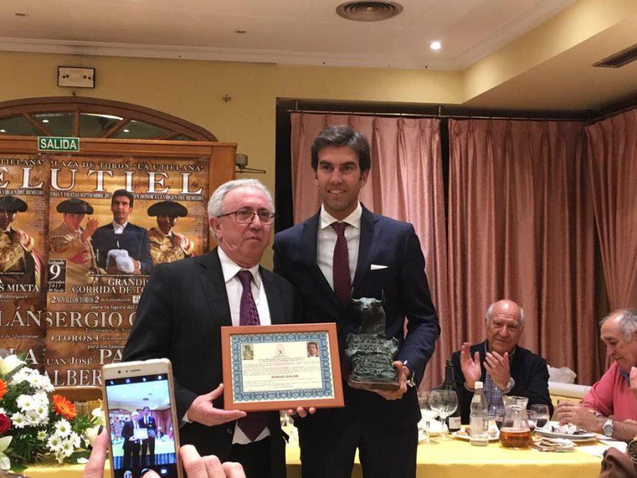 Sergio recoge el XXIV trofeo Utiel taurino